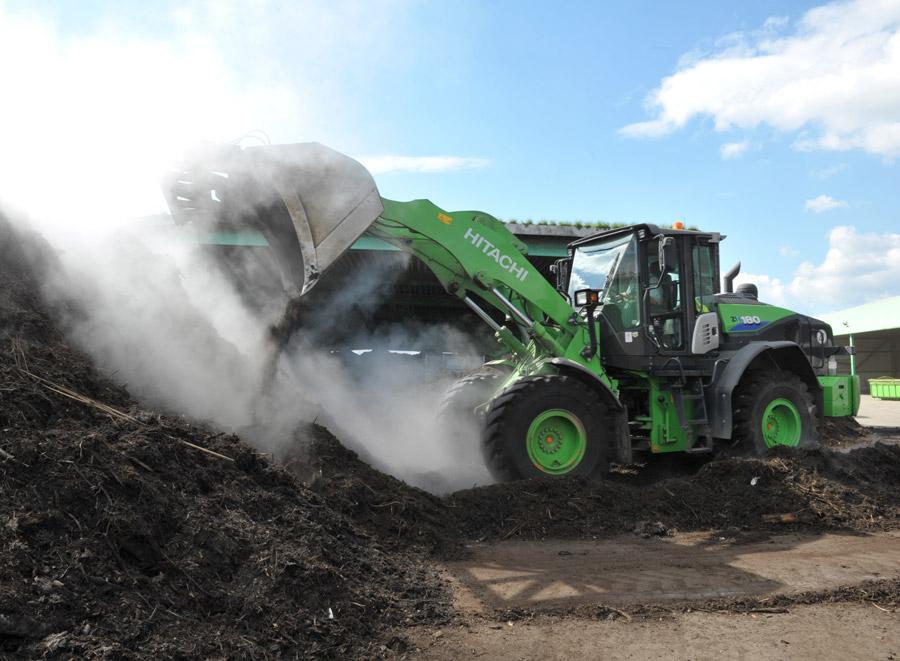 Radlader kippt Kompost ab